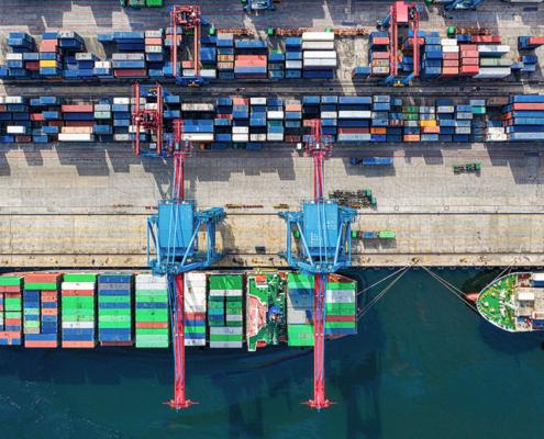 Ein Schiff im Hafen verstärkt den Klimawandel