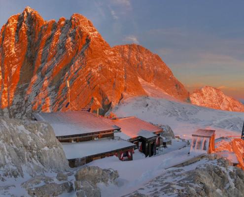 Die Seethaler Hütte vor einem Berg